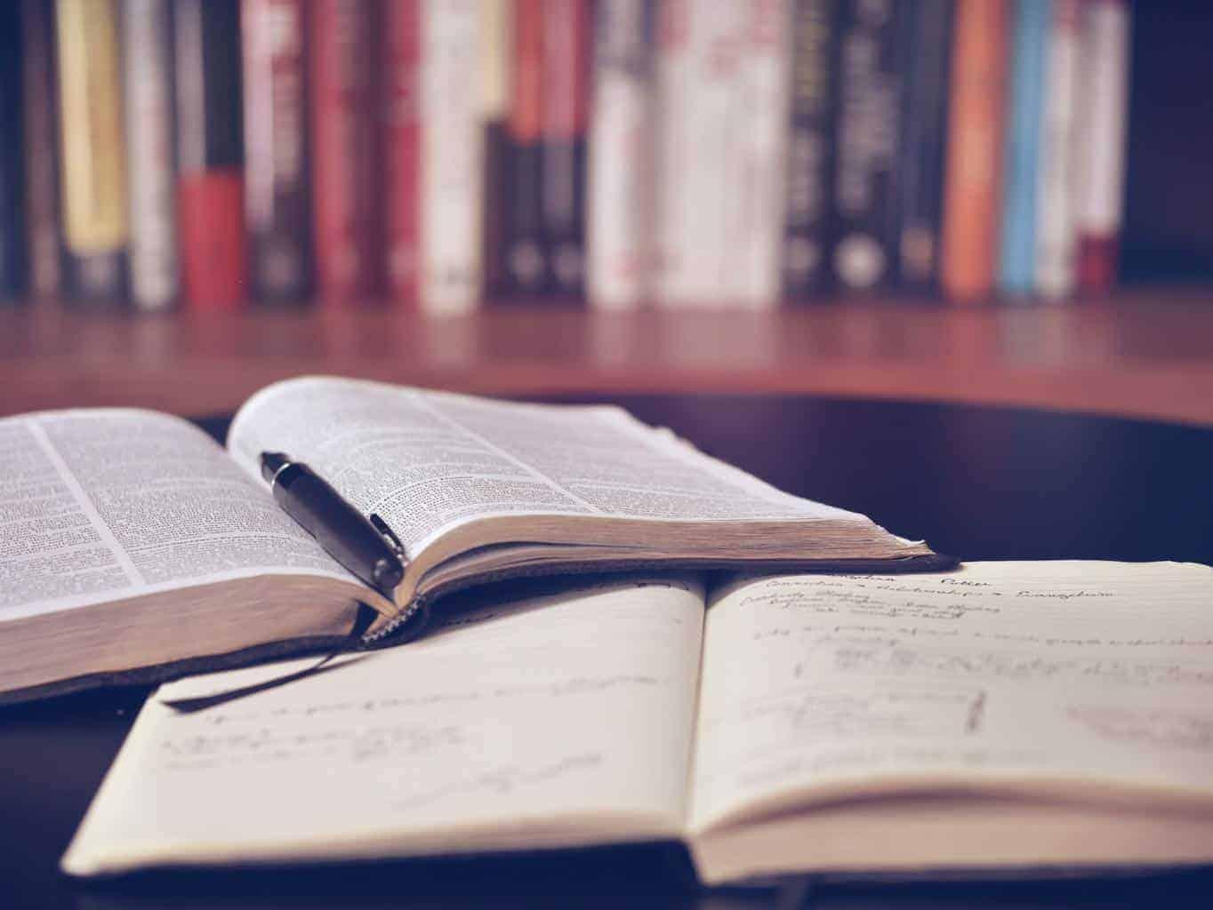 Amarchitrakatha-book-reading